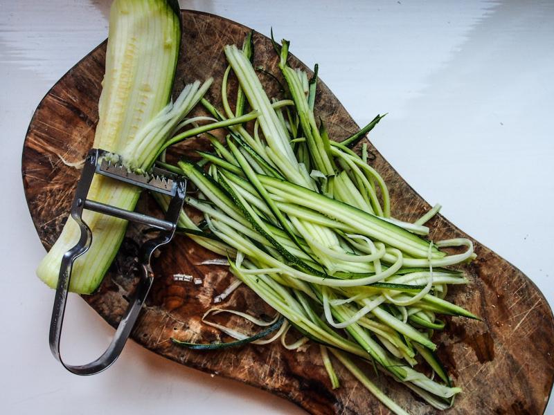 julienne-leikkuri ja kesäkurpitsaspagettia
