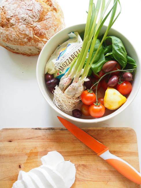 Mozzarella-basilikasalaatti