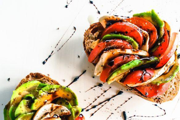 Avokadotoast tomaatilla, mozzarellalla ja paksulla balsamikastikkeella