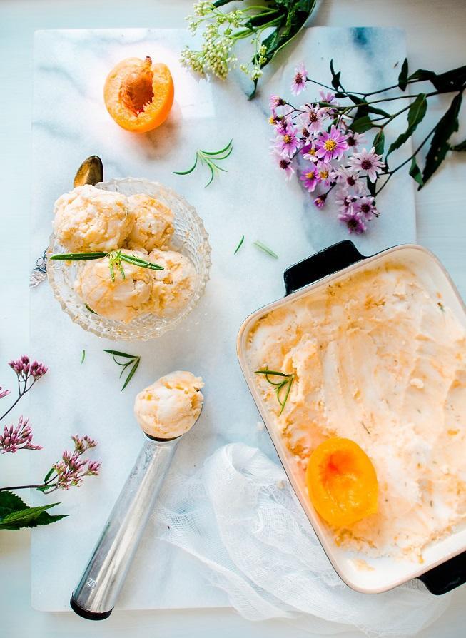 aprikoosi-rosmariinijäätelö
