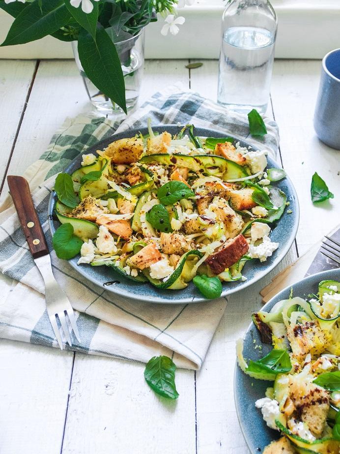 fetafenkolileipäsalaatti
