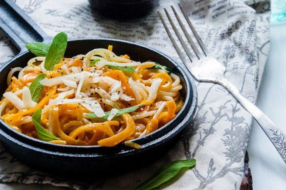 Kurpitsaspagettia, salviavoita ja parmesania (GF)