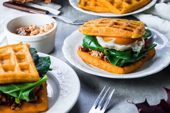 Bataattivohveli-sandwichit chipotle-fetatäytteellä