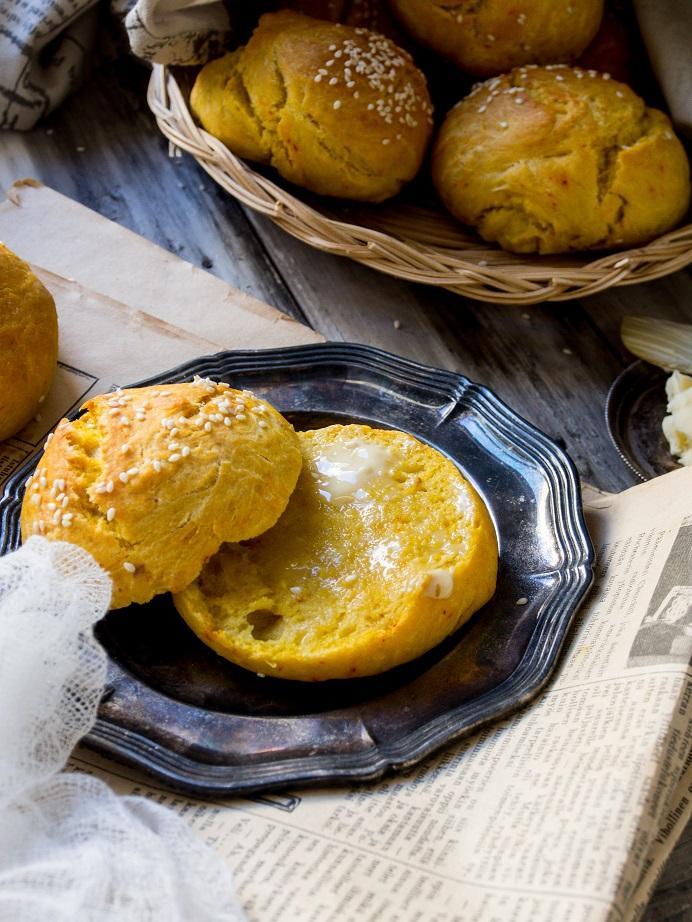Saffron bread // Sahramisämpylät