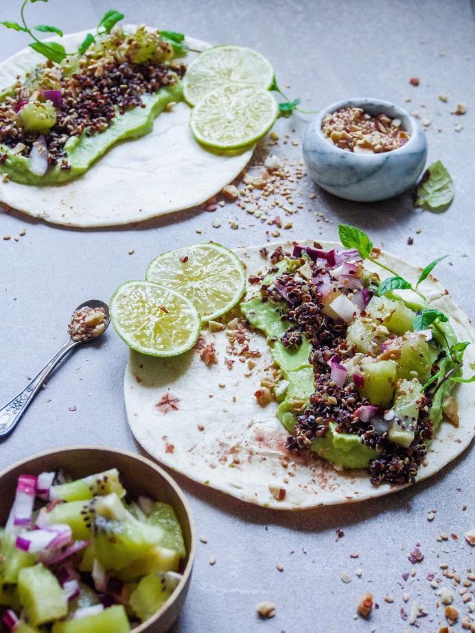 Kvinoa-kiivitacot dukkahilla