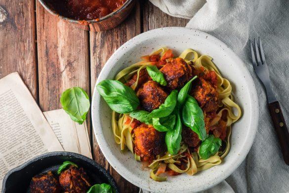 Linssipyörykät, tagliatellea ja tomaattikastiketta (V)