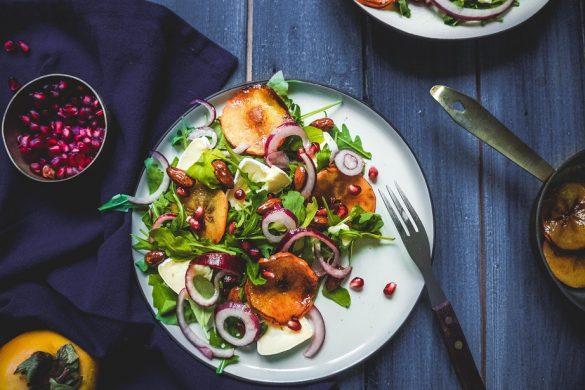 Paras jouluinen salaatti: Kanelinen persimon-briejuustosalaatti (GF)