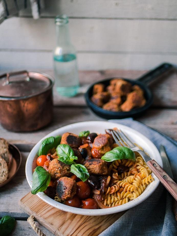 Vegaanichorizoa, kikhernepastaa ja tomaatti-oliivikastiketta