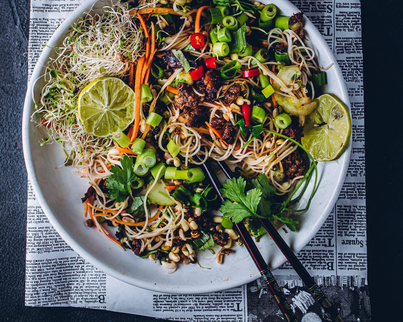 Vietnamlainen nyhtökaura-nuudelisalaatti. Vegaaninen
