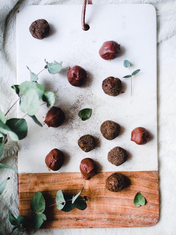 Lakritsa-taatelitryffelit. Herkullinen ja terveellinen vaihtoehto suklaakonvehdeille.