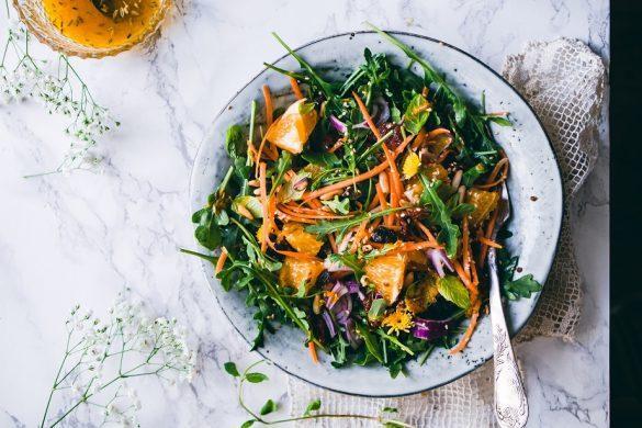 Kreikkalainen vihersalaatti pähkinöillä ja hedelmillä. Todella raikas ja maukas salaatti.
