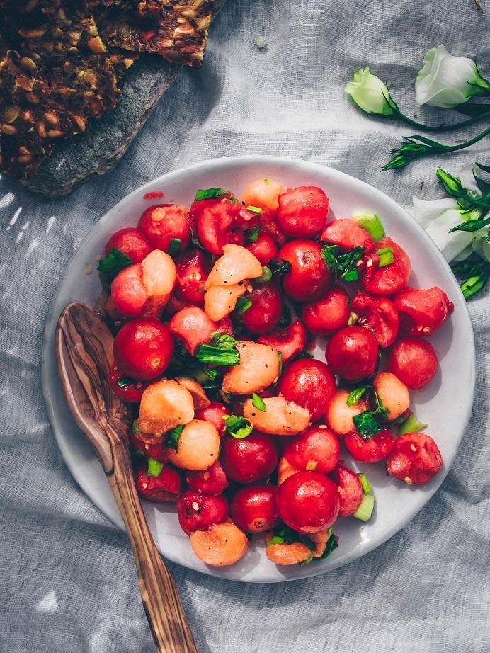 Tomaatti-melonisalaatti