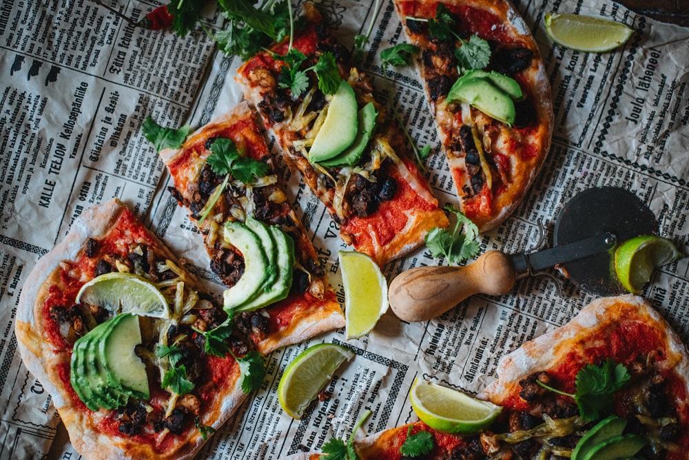 Chili con papu pitsa. Vegaani.