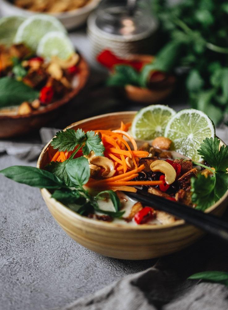 Thaimaalainen tofu-kookoskeitto. Vegaani. Gluteeniton