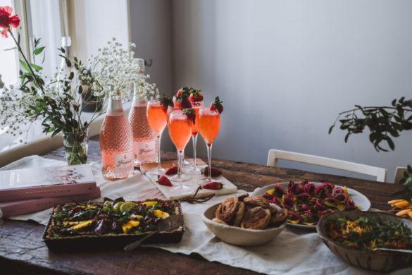 Mansikka-kuohuviinisorbetti, churrokeksit ja malja erityiselle keväälle