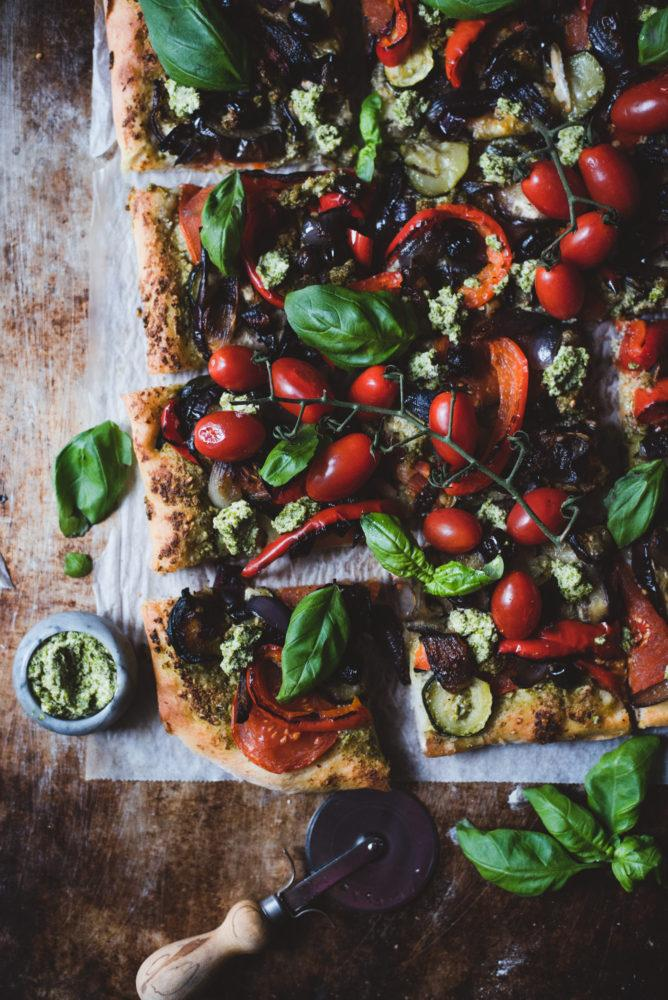 Pesto-kasvispitsa.  Vegaaninen.