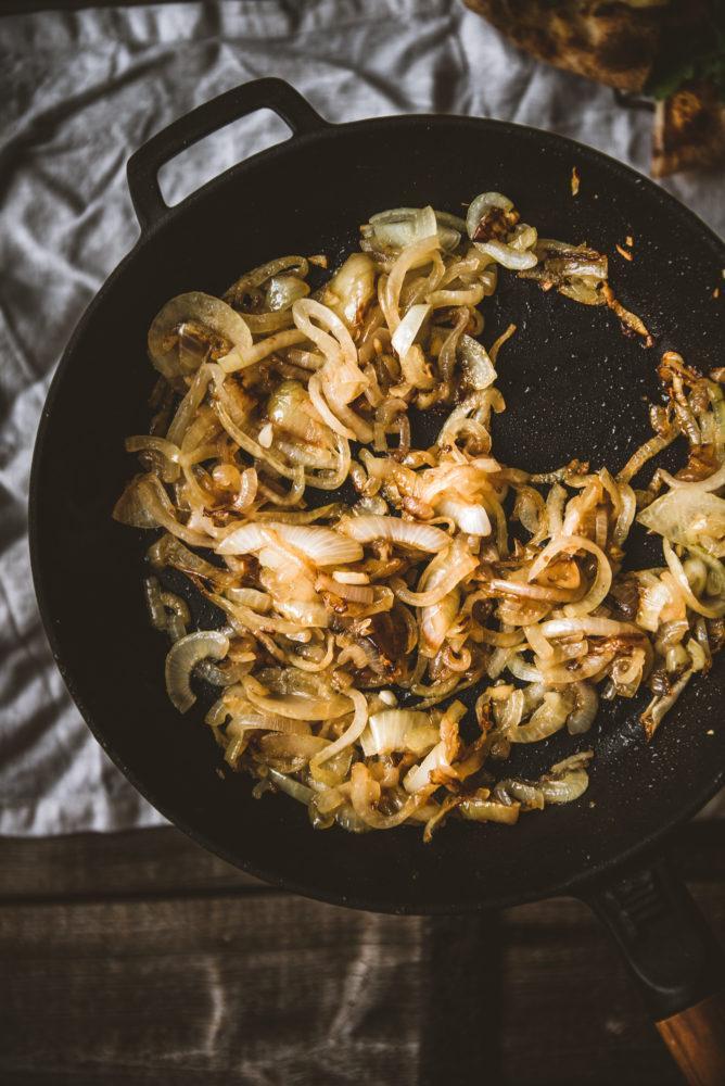 Karamellisoitu sipulipasta. Vegaani