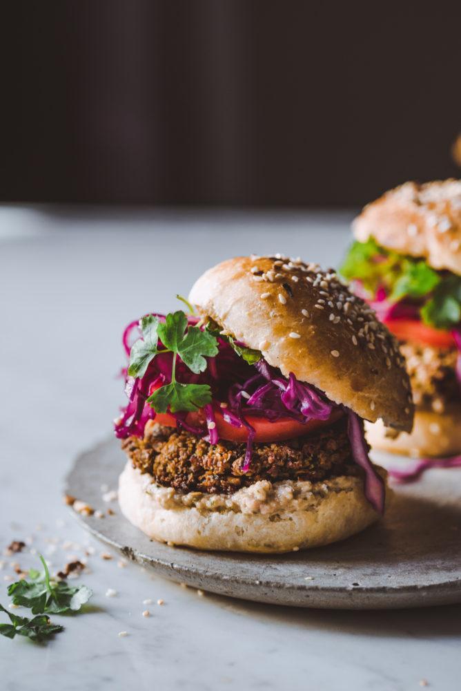 Lehtikaali-falafelburgerit. Vegaani