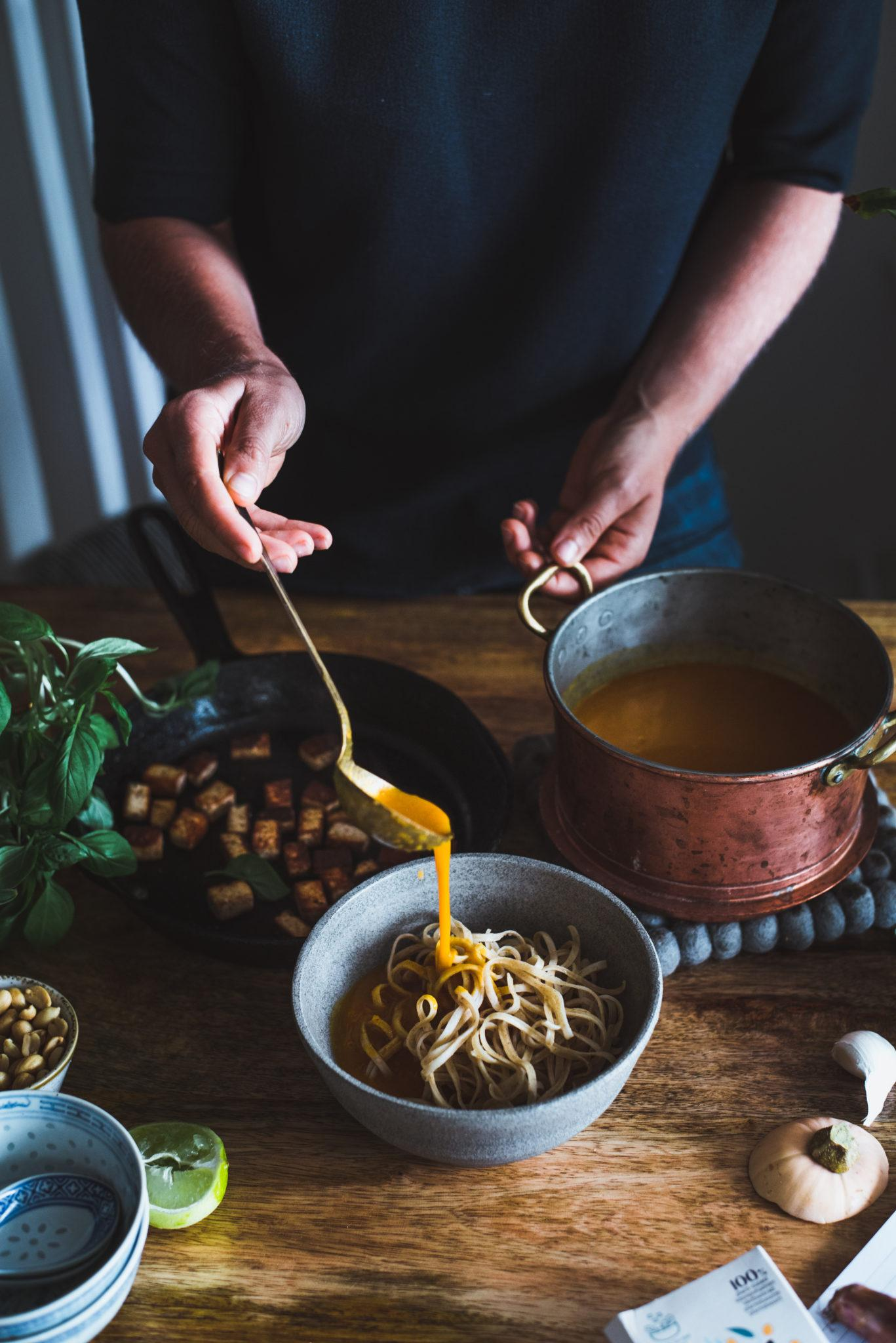 Thaimaalainen kurpitsa-laksa. Vegaaninen