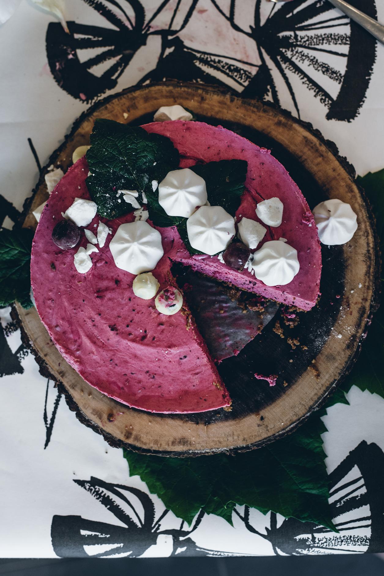 Vegaaninen liivatteeton mustaherukkajuustokakku