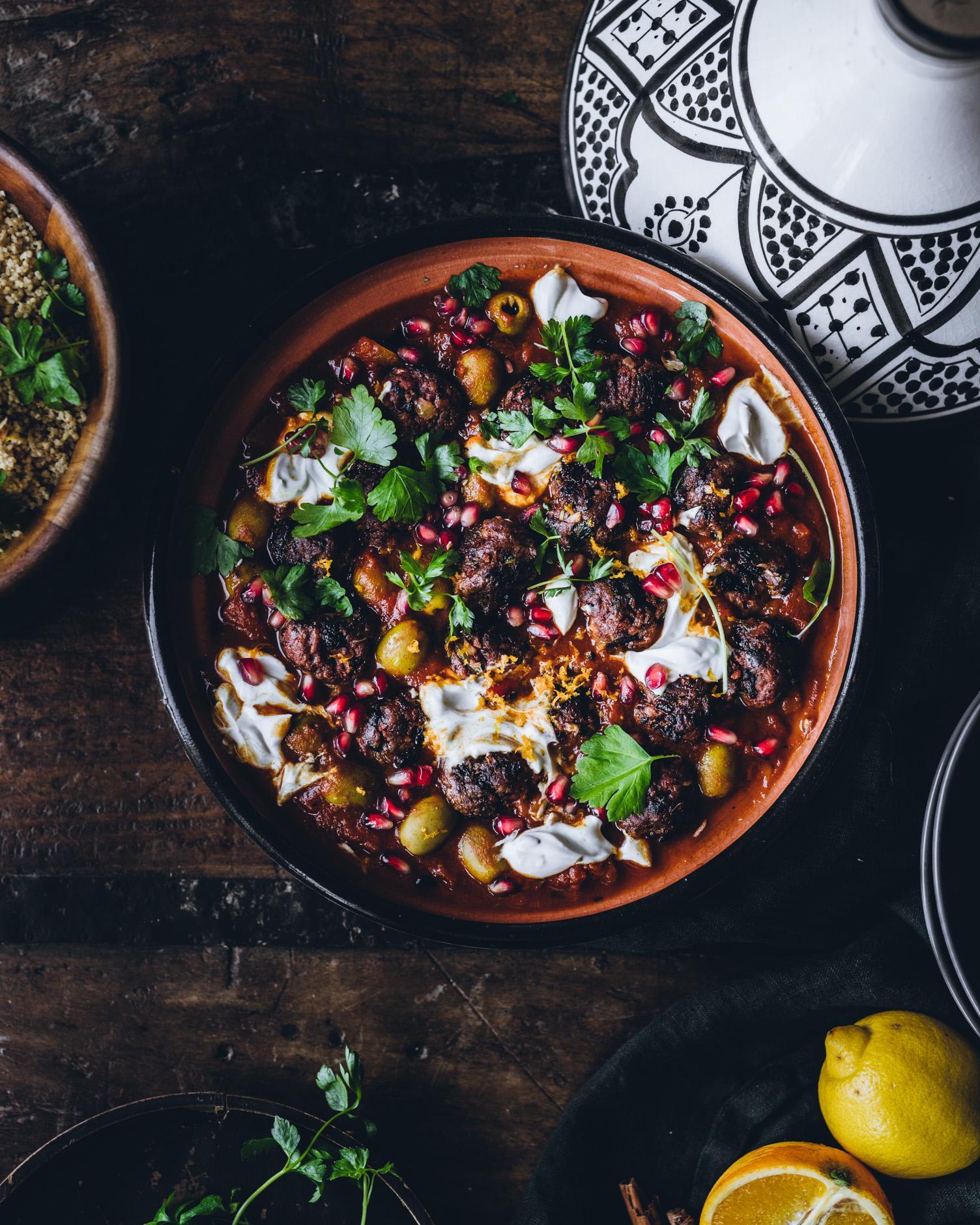 Marokkolaiset vegepyörykät ja tomaattitagine. Vegaaninen