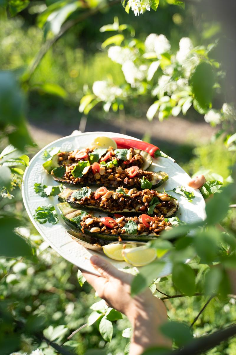 Beanit härkäpapumuru täytetyt kesäkurpitsat. Vegaani. Gluteeniton