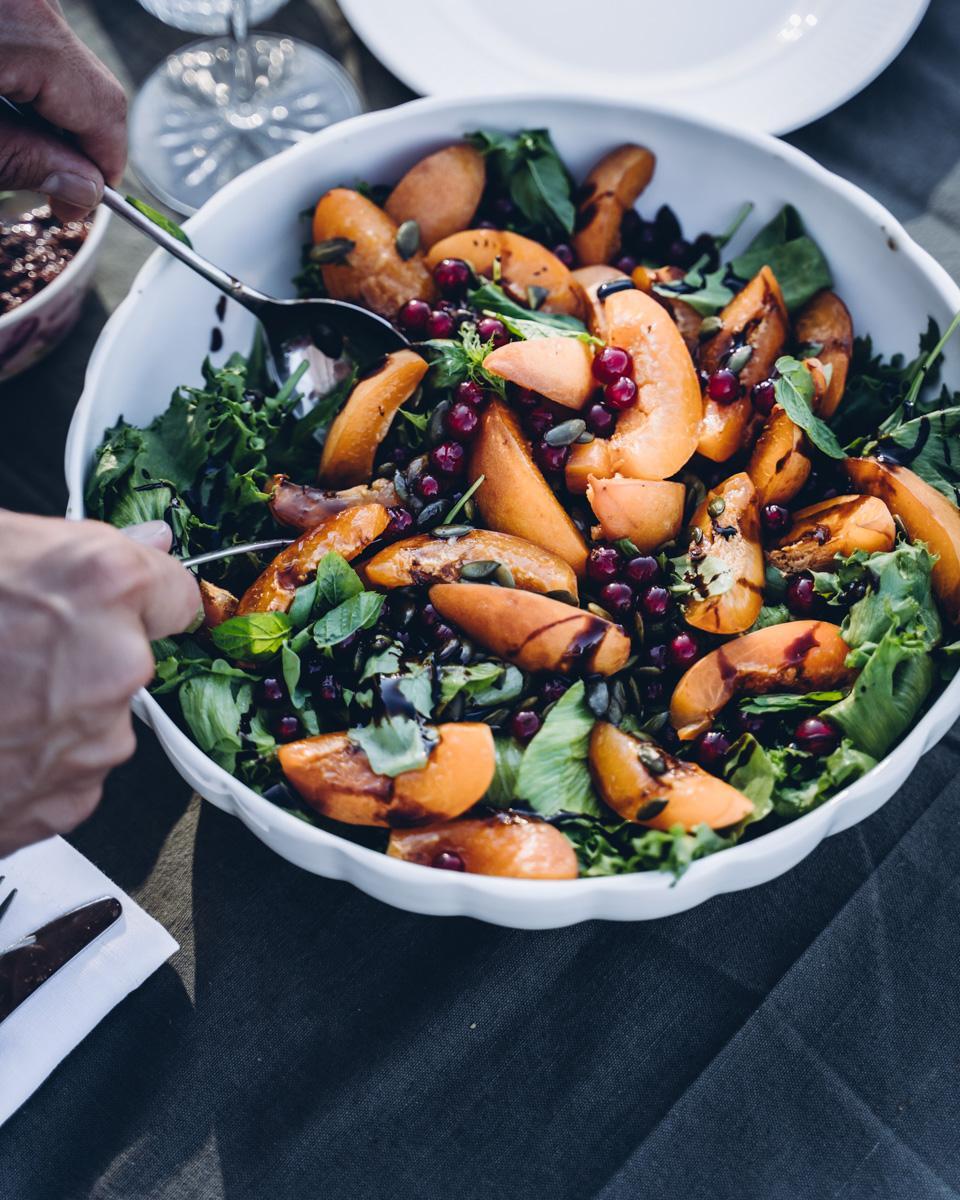 Aprikoosi-punaviinimarjasalaatti