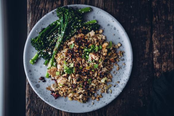 Kiinalainen paistettu riisi. Vegaaninen