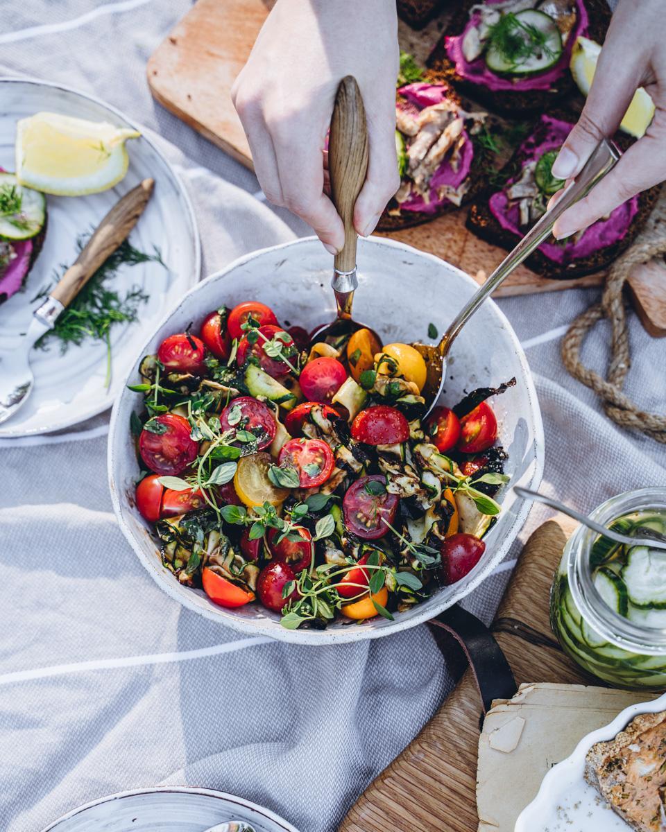 Itämerimenu - tomaatti-kesäkurpitsasalaatti