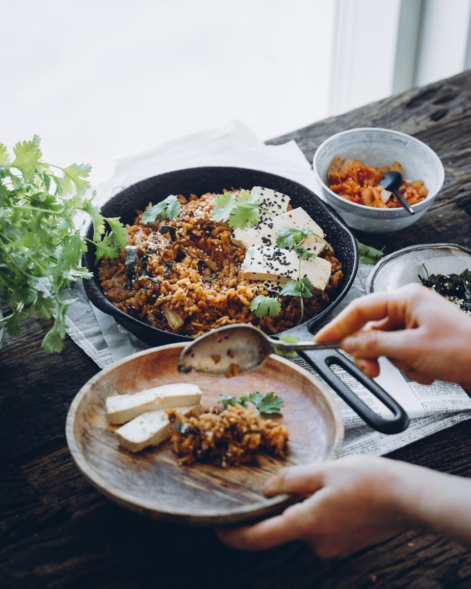Kimchi paistettu riisi. Vegaaninen